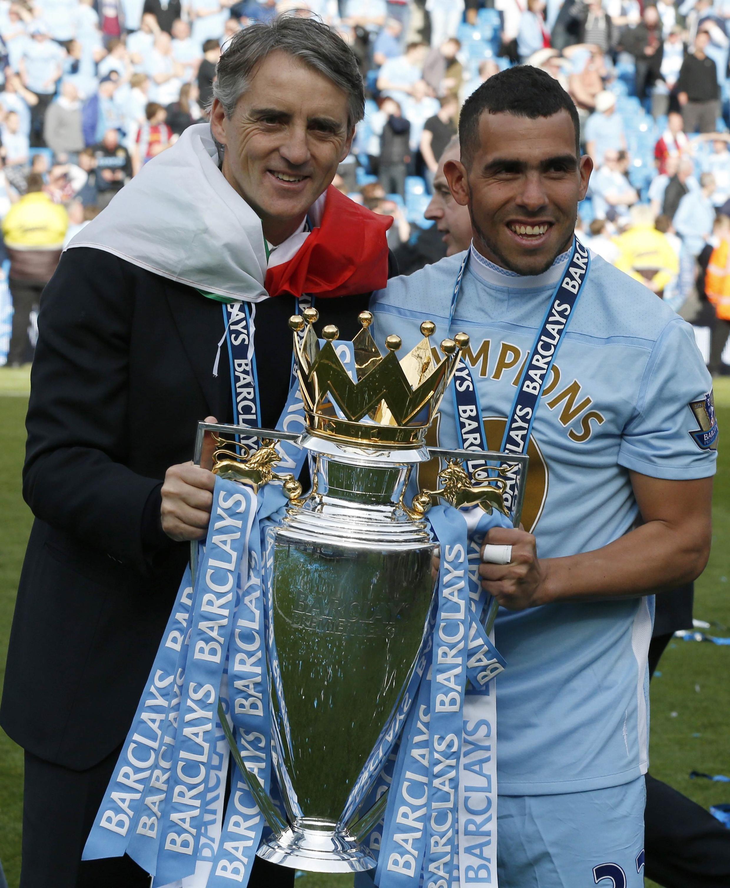 Mchezaji wa Manchester City, Carlos Tevez akiwa na kocha wako, Roberto Mancini