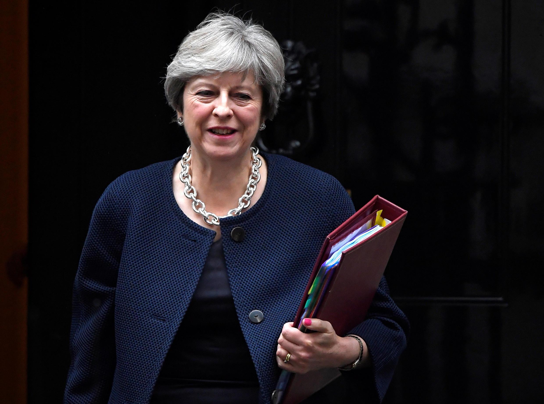 Premiê do Reino Unido, Theresa May, tenta destravar negociações com UE - mas enfrenta divisões internas que bloqueiam avanços pelo lado britânico.