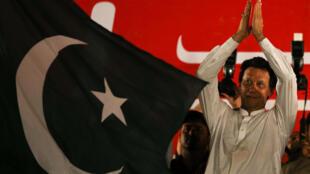 Le 21 juillet 2018, le candidat du PTI Imran Khan salue ses partisans lors d'un meeting en vue des éléctions générales du Pakistan.