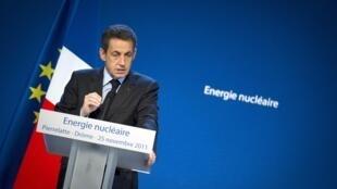 Le président français, Nicolas Sarkozy, défendant la filière nucléaire française devant les salariés d'Areva, à Pierrelatte, le 25 novembre 2011.