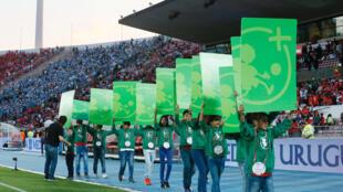 Crianças apresentam cartazes contra discriminação nos jogos no Chile