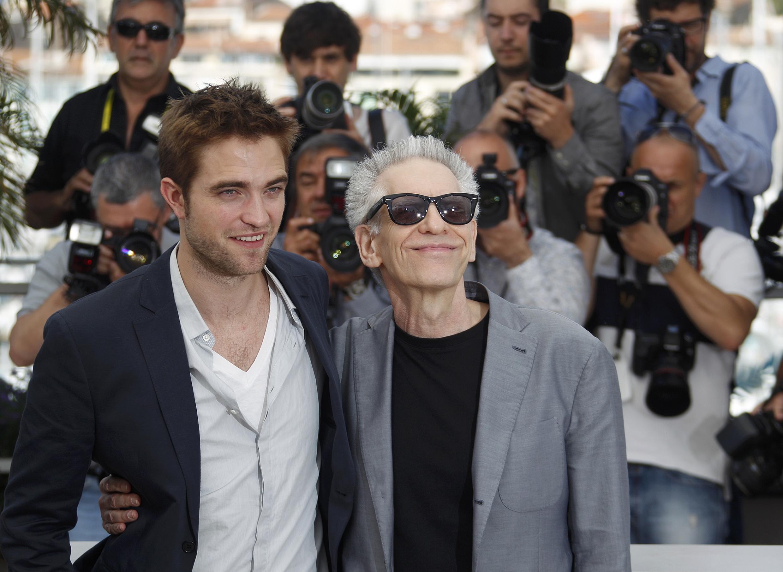 Đạo diễn David Cronenberg (phải) và diễn viên Robert Pattinson (trái) trong dịp phim Cosmopolis tranh tài tại Liên hoan phim Cannes, ngày 25/05/2012.