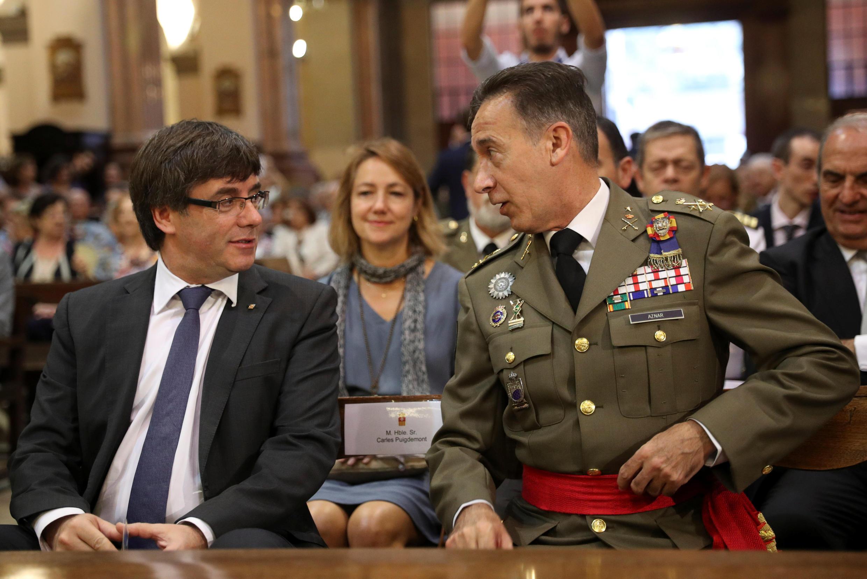 Президент Каталонии Карлес Пучдемон (слева) и генерал-лейтенант Фернандо Азнар. 24 сентября 2017