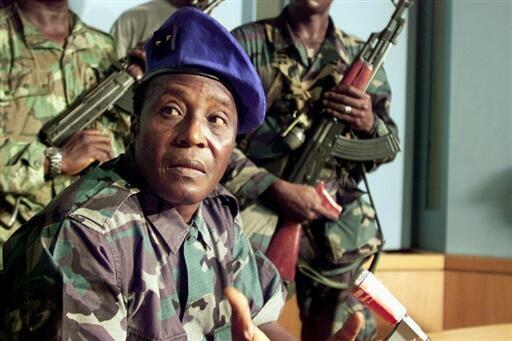 Le général Robert Gueï, le 24 décembre 2010, au siège de la radio nationale. «Nous sommes venus pour balayer la maison», affirme-t-il.