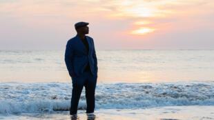Oxmo Puccino réfléchit sur le temps qui passe dans son nouvel album « La nuit du réveil ».
