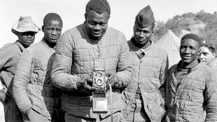 Algérie, 1956, poste Al-Frah (région d'Alger). Le tirailleur Thiam Omar, originaire de Thiès, (7e compagnie du 2/13e régiment de tirailleurs sénégalais) photographie le photographe du service des armées.