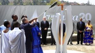 聯合國秘書長潘基文點燃哀悼盧旺達屠殺遇難者火炬