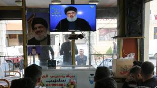 Des habitants de Marjayoun suivent le discours du chef du Hezbollah, Hassan Nasrallah, à la télévision, le 7 mai 2018.