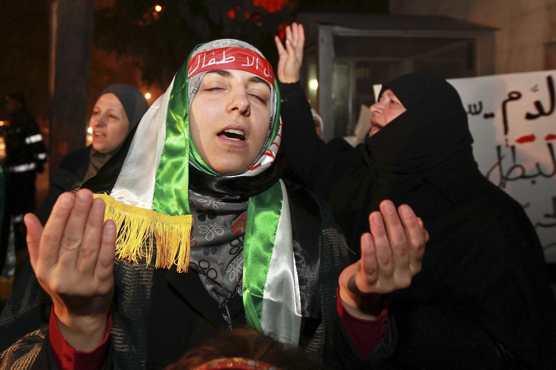 Sírios protestam do lado de fora da embaixada russa, em Amman, nesta terça-feira.