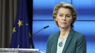 La presidenta de la Comisión Europea, Ursula von der Leyen, escucha una pregunta durante una conferencia de prensa en línea al final de una cumbre de la UE en el edificio del Consejo Europeo en Bruselas, el jueves 25 de marzo de 2021.
