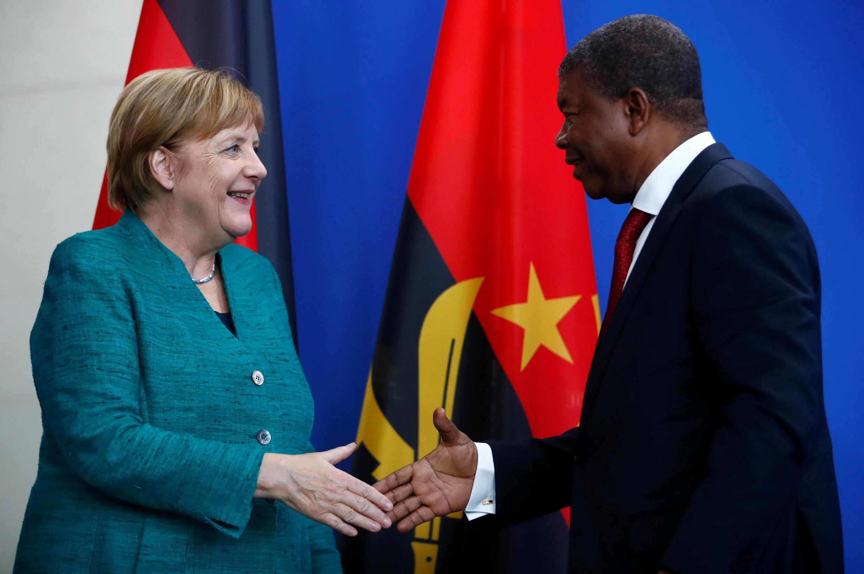 Aperto de mão entre João Lourenço e Angela Merkel. Berlim, 22/08/18