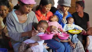 Dans un quartier populaire d'Antsirabe, à Madagascar, en 2017, un atelier de nutrition pour les mères dont les enfants souffrent de malnutrition chronique depuis la naissance.