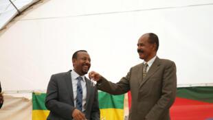 Primeiro-ministro Abiy Ahmed entrega chaves da embaixada da Eritreia na Etiópia ao presidente Isayas Afewerki.