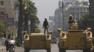 En août 2013, des chars ont été déployés dans les rues du Caire pour contenir les manifestants.