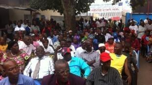 Les partisans de Jean-Pierre Bemba massés au siège du MLC à Kinshasa, attentifs avant l'énoncé du verdict retransmis en direct, le 21 juin 2016.