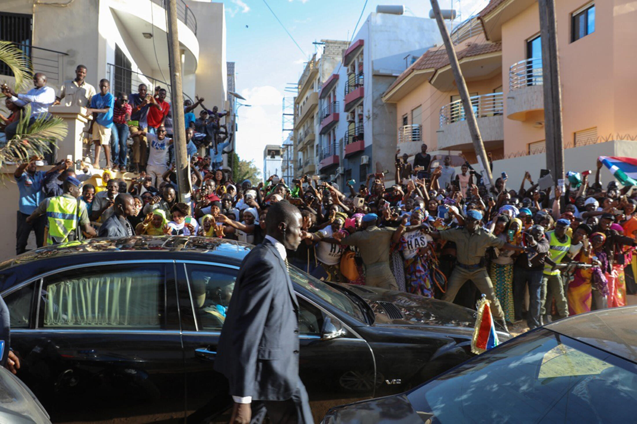 Wananchi sa Gambia wamekua na furaha baada ya kuapishwa kwa Adama Barrow katika ofisi ya ubalozi wa Gambia Januari 19, 2017.