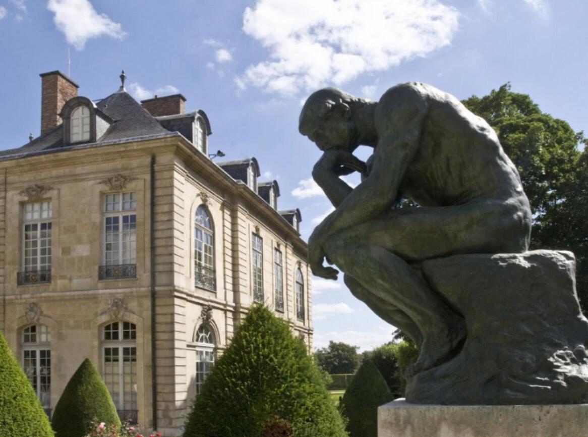 """""""El Pensador"""" y el Hotel Biron, hoy convertido en el Museo Rodin de París."""