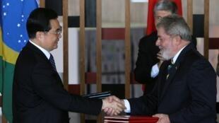 中国国家主席胡锦涛与巴西总统卢拉签署多项协议. (15/04/2010)