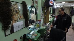 Nael al-Rais dans son salon de coiffure pour dames ce 5 mars 2010.