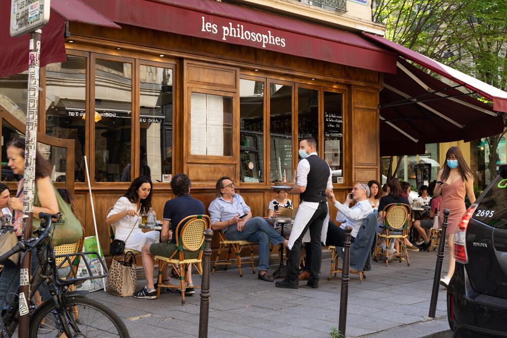 No bairro boêmio e chique do Marais, os restaurantes com mesas na calçada ficaram movimentados na reabertura dos restaurantes em Paris (02/02/2020).