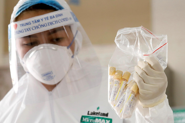Xét nghiệm mẫu máu của một người từ Đà Nẵng trở về Hà Nội. Ảnh chụp tại trung tâm y tế Ba Đình ngày 08/08/2020.