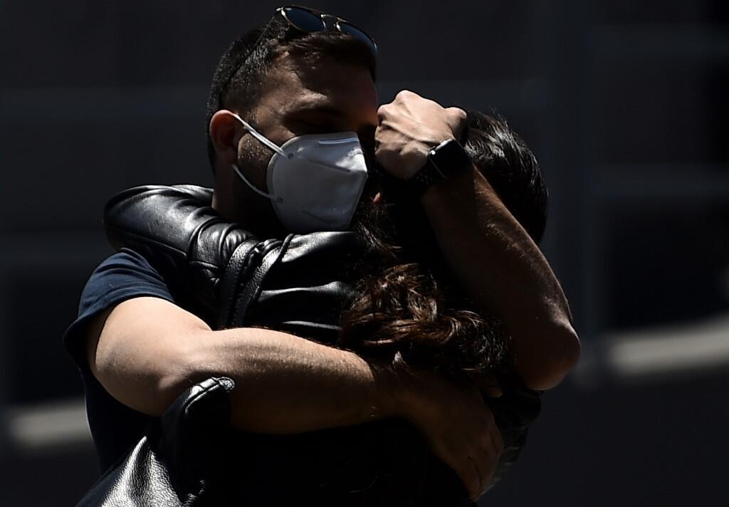 Deux voyageurs se retrouvent et se serrent dans leurs bras à l'aéroport Fiumicino de Rome le 3 juin 2020 (image d'illustration).