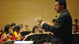 Ensayo de la Banda Sinfónica de Neira bajo la dirección del maestro Holver Cardona Aristizábal, en el Arsenal de Metz.