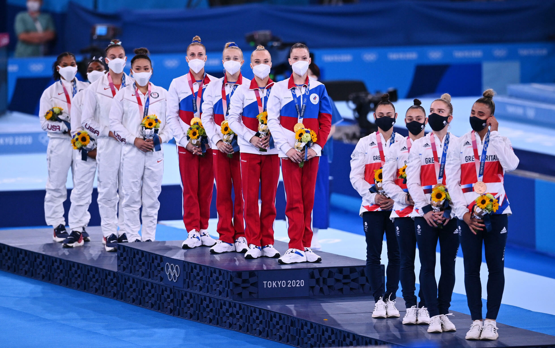 Гимнастки на олимпийском подиуме.