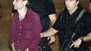 Cesare Battisti (G) à l'aéroport de Rio, le 19 mars 2007.