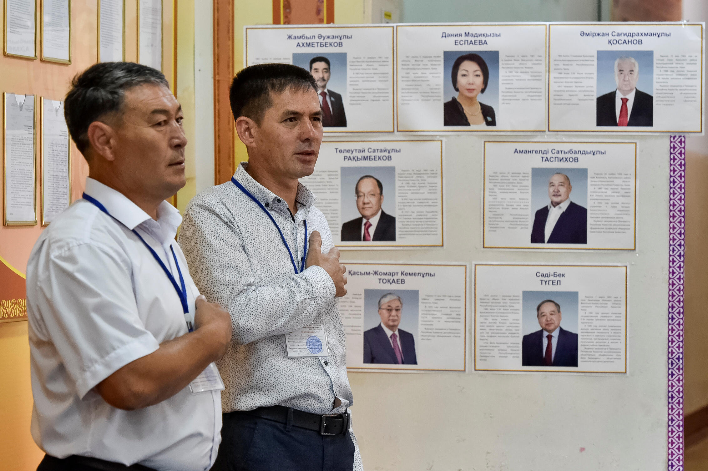 Члены участковой комиссии Алматы начали день голосования с гимна