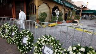 Coroas de flores foram colocadas em frente ao café Argana, no centro de Marrakesh, em homenagem às vítimas do atentado.
