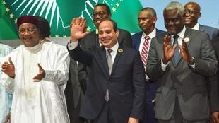 Le président en exercice de l'UA, Abdel Fattah al-Sissi (C), encadré du président nigérien Issoufou (G) et du président de la Comission de l'UA, Moussa Faki Mahamat (D).