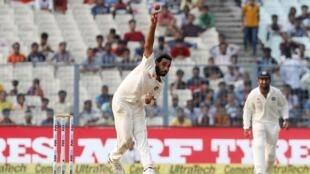 Cricket - India v New Zealand - Second Test cricket match - Eden Gardens, Kolkata, India - 03/10/2016. India's Mohammed Shami bowl