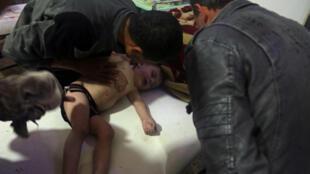 Một em nhỏ ở Douma đang được điều trị tại bệnh viện. Đây có thể là một nạn nhân của cuộc tấn công hóa học ngày 7/4/2018.