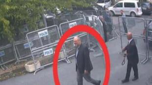 Hình ảnh nhà báo Jamal Khashoggi lúc đi vào lãnh sự quán Ả Rập Xê Út ở Istanbul hôm 02/10/2018 được ghi lại.
