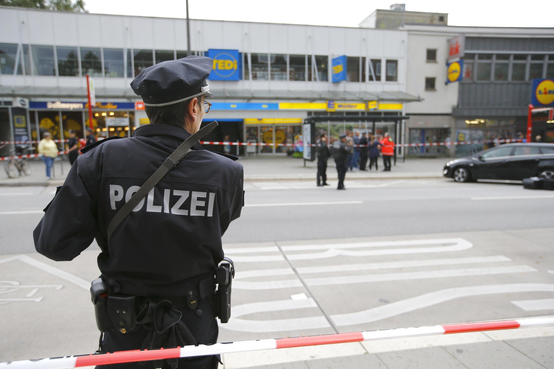 Cảnh sát Đức canh gác hiện trường vụ tấn công bằng dao tại một siêu thị ở Hamburg, ngày 28/07/2017.