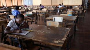 Des étudiants dans la bibliothèque de l'université d'Antananarivo, à Madagascar, le 18 décembre 2013.