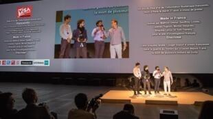Parte da equipe do site Disclose recebe o prêmio Visa D'Or de informação digital. 05/09/2019