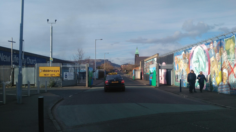 Un passage en journée a été aménagé dans le mur de Belfast Ouest.