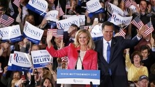 """Ưng cử viên Mitt Romney  và vợ trước những người ủng hộ trong ngày """"Super Tuesday"""" tại Boston hôm 6/3/2012."""
