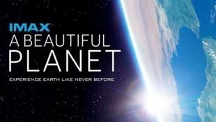 """Afiche de la película """"A Beautiful Planet"""", una colaboración entre la NASA e IMAX."""