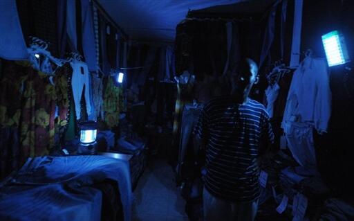 Février 2010. Les commerçants du marché d'Adjamé à Abidjan pâtissent des délestages opérés par la Compagnie ivoirienne d'électricité.