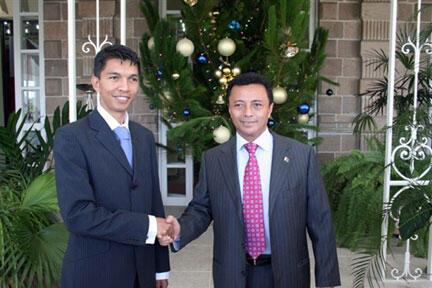 Le 20 décembre 2007, Andry Rajoelina (g), récemment élu maire d'Antananarivo, est reçu par Marc Ravalomanana, président malgache de l'époque.