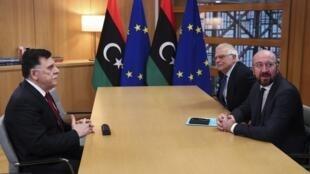 Le chef du gouvernement d'union national libyen, Fayez el-Sarraj (à g.) a été reçu par le chef de la diplomatie européenne Josep Borrell (c.) et Charles Michel, le président du Conseil européen, ce 8 janvier 2020.
