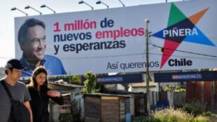Panneau de campagne de Sebastian Piñera, candidat de la droite à l'élection présidentielle du 13 décembre, à Concepcion, 519 km au sud de Santiago.