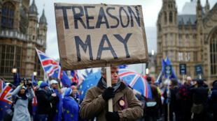 Des manifestants favorables et opposés au Brexit, près du Parlement, avant le vote des députés sur l'accord de sortie de l'Union européenne négocié par la première ministre Theresa May, à Londres, le 15 janvier 2019.