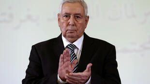Abdelkader Bensalah, presidente do Conselho da Nação, aplaude durante anúncio de sua nomeação à Presidência da Argélia, em Alger, 9 de abril de 2019.