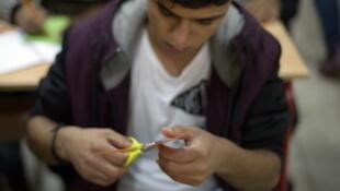 Les jeunes réfugiés suivent des cours aux côtés de jeunes Roms revenus en Serbie.