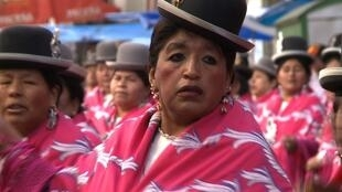 Une danseuse Cholita à la fête du Gran Poder.
