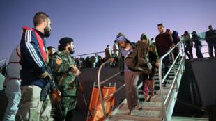 Des garde-côtes libyens sur une base navale à Tripoli, après avoir secouru des migrants, le 24 novembre 2017 (image d'illustration).